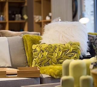 Unsere Ausstellung in Eging am See mit tollen Kissen und Ideen für Ihr Wohnzimmer