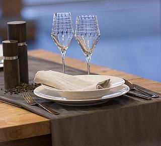 Alles Produkte zum Thema Tisch – Tassen, Teller, Gläser, Besteck von Top-Marken wie Gmundner, Tomas Eisch und Seltmann