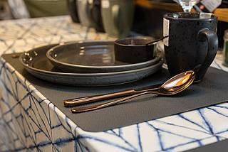 Ein frischen Steak auf einem schwarzen Teller lässt einen das Wasser im Mund zusammenlaufen