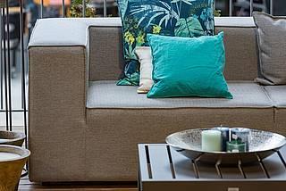 Gemütliche Garten-Couch mit Stern Tisch und Dekoration