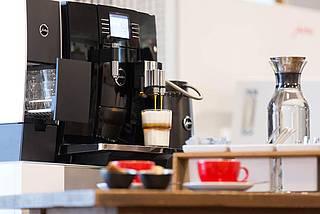 Kaffeemaschinen von Jura, hochwertige Tassen und Gläser verschönern jede Küche und versorgen Ihre Gäste zuverlässig und stilvoll.